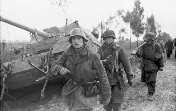 Italien, Infanterie auf Straße, Jagdpanzer Ferdinand