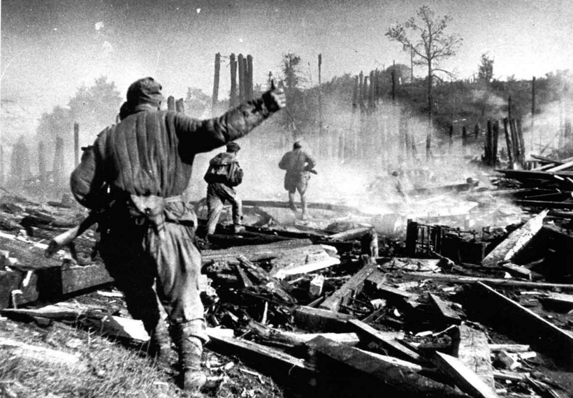 Soviet soldiers in the battle on the streets of the city of Polotsk.
